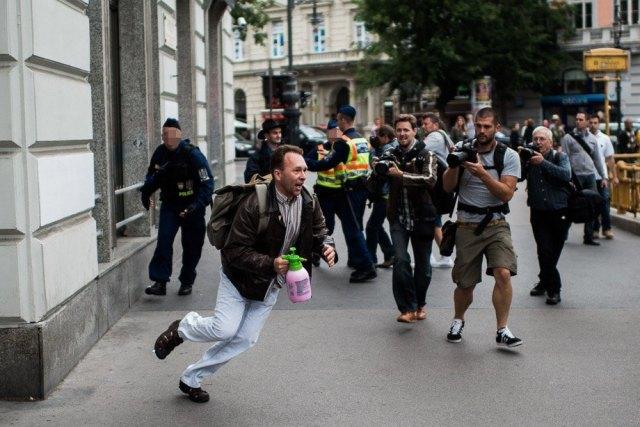 Zomborszky_Fehér Zsolt éppen 'rátámad' a rendőrökre _ ahogyan a rendőrség később a brutális eljárását indokolta