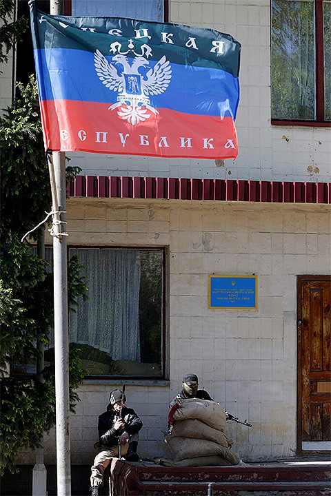A Népköztársaság admiisztrációüját őrző milicisták Reuters