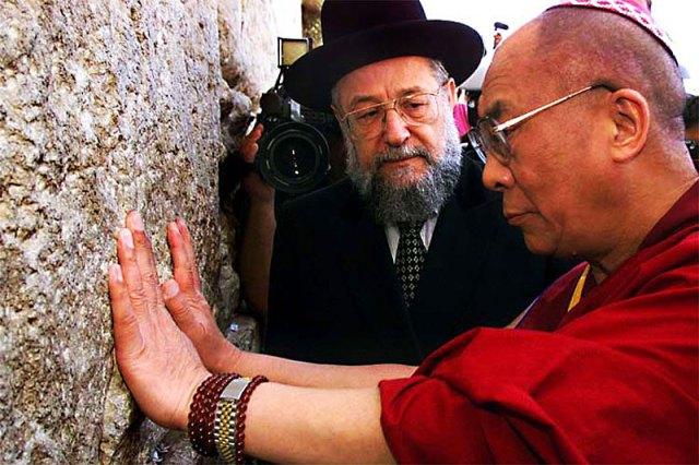 A Dalai Láma a jeruzsálemi Siratófalnál - Fotó -forum.china.org.cn