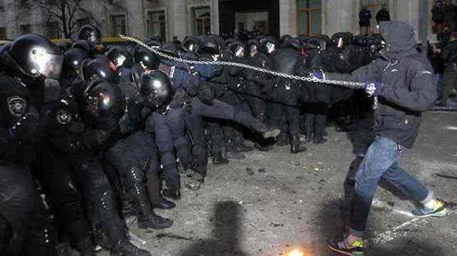 """Egy kedves, erőszakellenes EU-párti maszkos """"tüntető"""" Kievben - Fotó Reuters Vasily Fedosenko"""