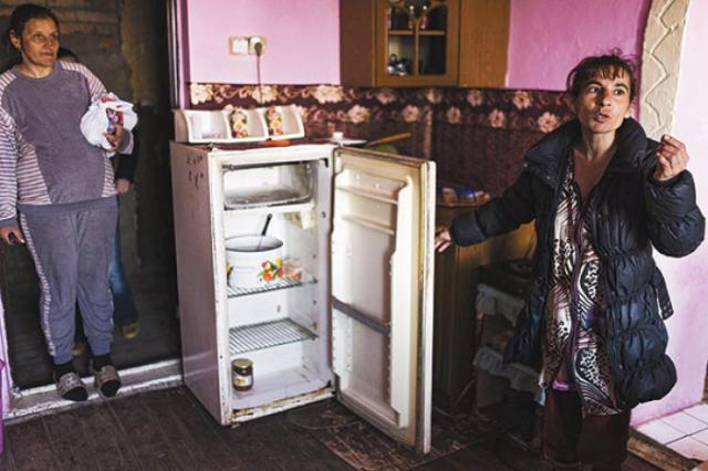 Balogh Gizella Tiborovna hűtője kong az ürességtől – húst karácsonykor ettek utoljára - Fotó - MTI - Balázs Attila