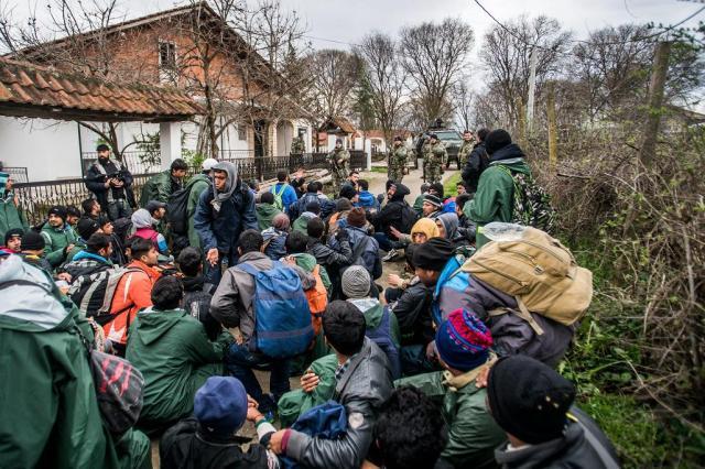 Gevgelija, 2016. március 15. Macedón katonák megállítják a Görögországból érkezett migránsokat Gevgelijánál 2016. március 14-én. MTI Fotó: Balogh Zoltán